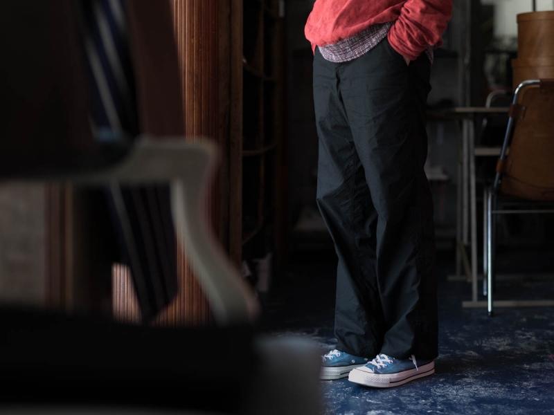 タピアロサンゼルスのミリタリーチノワイドレッグのブラックの着用画像