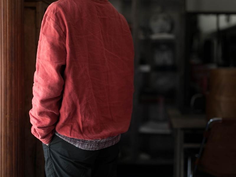 フランクリーダー2018ssのベルギーリネンプルオーバーシャツの着用写真の後姿