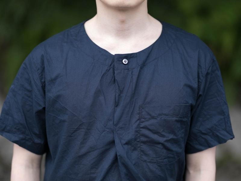 Engineered Garmentsのメドシャツのヘンリーネック写真