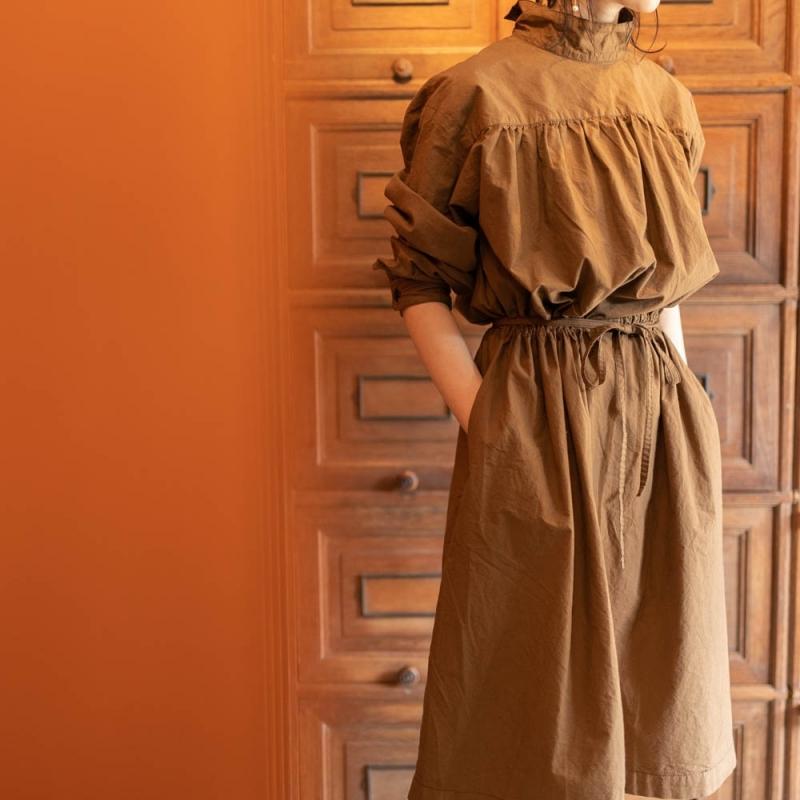 YARMOのBACK OPEN SMOCK DRESS Tan