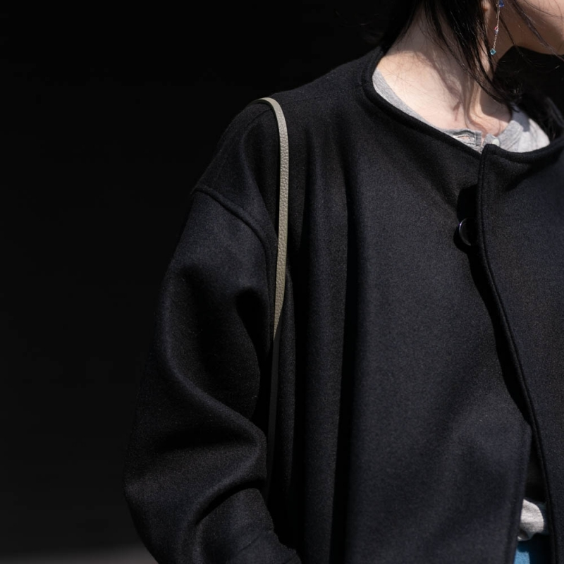 Yarmoのイギリス製のMelton Wrap CoatのBlack