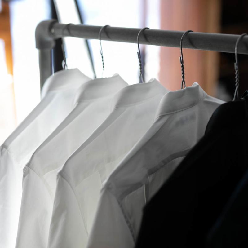 サンリミットの定番ブロードシャツのホワイトとブラックの取り扱い店