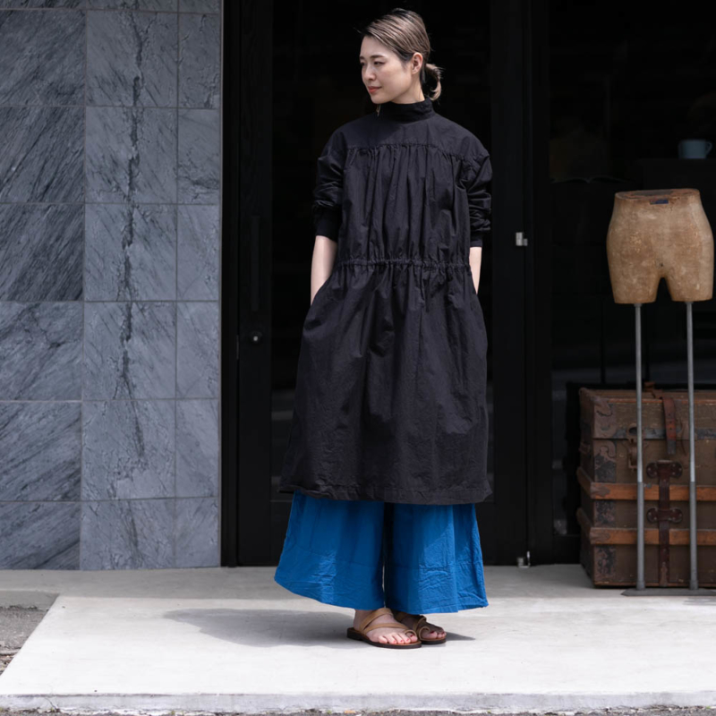 YARMO BACK OPEN SMOCK DRESS COTTON CAMBRIC Blackの通販取り扱い