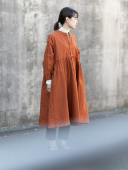YARMO | GATHERED DRESS CAMBRIC COTTON Terracotta コットンギャザーワンピースの商品画像